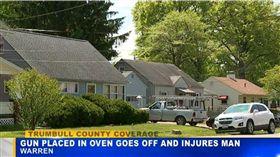 美國俄亥俄州一名男子加洛克(Robin Garlock)家中日前有小孩參觀,他怕小孩碰到手槍有危險,於是把槍支藏在「烤箱」,不料女友不知情,開啟烤箱電源,加洛克試圖拿出手槍,但因熱量不幸被2發子彈擊中肩膀。(圖/翻攝自tribunist.com)