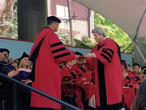 ▲哈佛大學授予王家衛文學榮譽博士學位。(圖/澤東電影提供)