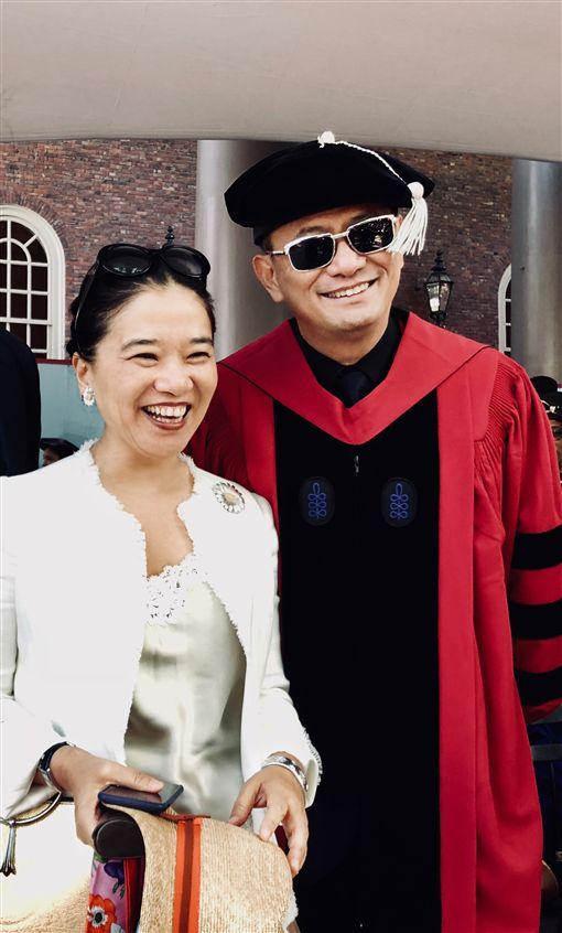 ▲王家衛與夫人一同出席領授文學博士榮譽獎。(圖/澤東電影提供)