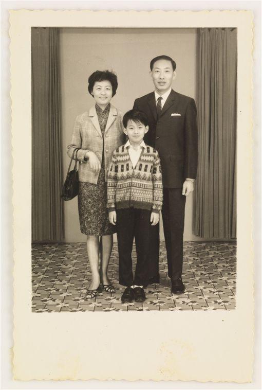 ▲王家衛童年時期與父母合照的全家福。(圖/澤東電影提供)
