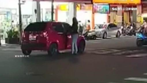 把馬路當停車場 停路中央只為買飲料