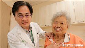 林奶奶(右)甲狀腺腫大脖子如塞柚子,接受亞洲大學附屬醫院一般外科主治醫師黃瑞建(左)手術治療後呼吸終於能順暢了。(圖/亞洲大學附屬醫院提供)