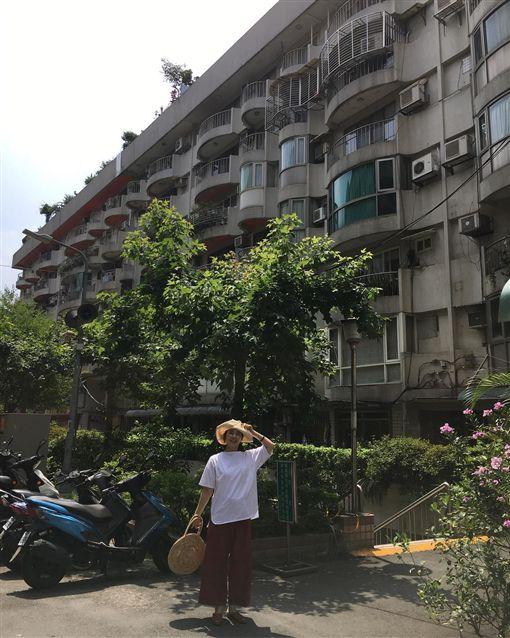 ▲石田百合子特地回到小時候居住過的公寓巡禮。(圖/翻攝自IG)