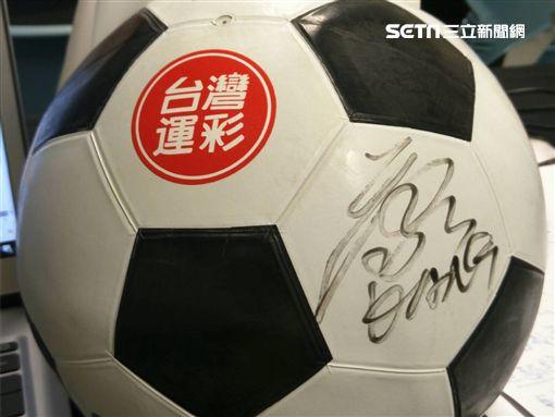 ▲康康贈送現場朋友簽名球。(圖/記者林辰彥攝影)