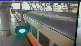 火車開動還想硬上女子被卡死 旅客齊抬火車把握救難時間 圖/翻攝畫面