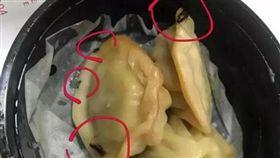 陸男叫嘉和一品外賣 小籠包中有5隻小蟑螂(圖/翻攝自網易新聞)