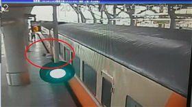 16:9 火車開動還想硬上女子被卡死 旅客齊抬火車把握救難時間 圖/翻攝畫面