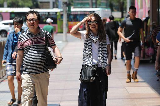 北市氣溫飆高(2)中央氣象局觀測,台北市27日上午氣溫飆到攝氏38.2度,是今年全台新高溫,氣象局提醒民眾外出注意防曬,預防中暑及熱傷害。中央社記者張皓安攝 107年5月27日