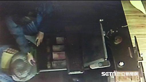 王男潛入印度餐廳行竊,連捐款箱都不放過,卻因通緝身分遭逮,訊後依竊盜罪送辦(翻攝畫面)