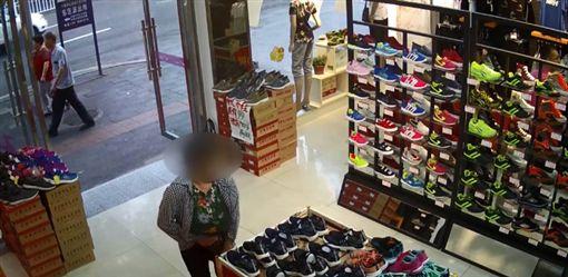 大陸湖北一名55歲大媽日前逛鞋店看上一雙球鞋,當時店內活動加1元可買2雙,大媽為了省錢找人「湊對」,但仍找不到人,最後她直接把鞋藏在褲檔偷走。目前大媽的家人與店家已和解,大媽則依法遭行政拘留。(圖/翻攝自堰味视频)