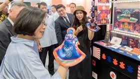 蔡英文總統28日上午前往台北世貿一館參觀「2018第37屆新一代設計展」。(圖/總統府提供)
