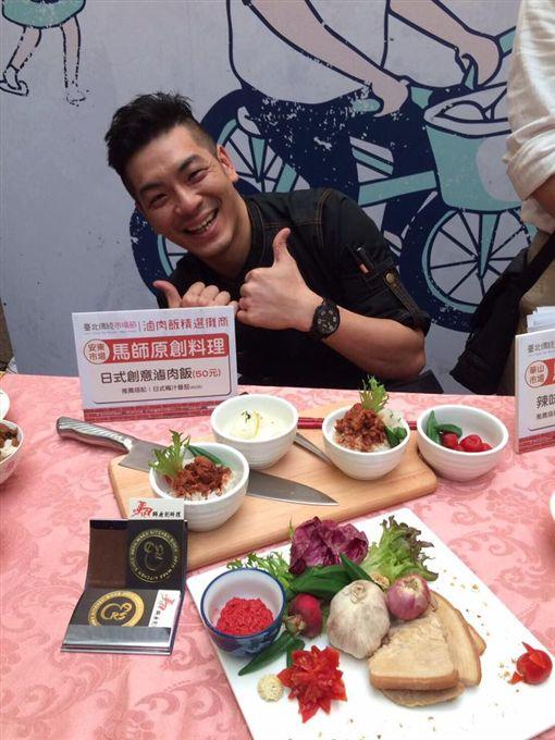 34歲「型男主廚」馬才淯在台北市安東市場經營一間小攤位,每天客人都大排長龍,去年他奪得傳統市場節「天下第一攤」的滷肉飯金賞,今年再度挑戰「天下第一攤」,成功以杏仁豆腐獲得人氣獎。(圖/翻攝自馬師原創料理Mars kitchen臉書)