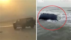 大陸福建日前有多輛越野車在沙灘狂飆,不料玩到一半海水漲潮,車子秒被捲入,在海洋中飄搖「游泳」。所幸越野車在退潮後被拖上來,沒有釀成傷亡。(圖/翻攝自秒拍)