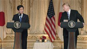 川普會安倍  同意強化美日貿易會談美國總統川普(右)與日本首相安倍晉三18日在佛羅里達州棕櫚灘召開聯合記者會,表示美日同意加強貿易諮商,以擴大雙方的貿易和投資。(共同社提供)中央社  107年4月19日