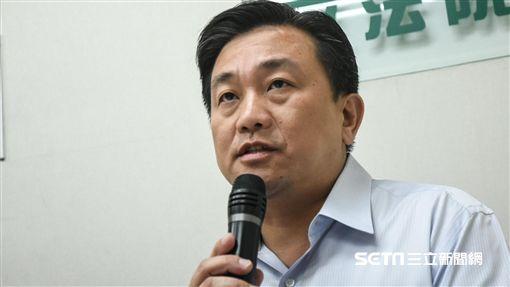 民進黨團召開「團結台灣一致對外,譴責中國蠻橫打壓」記者會,民進黨立委王定宇。 (圖/記者林敬旻攝)