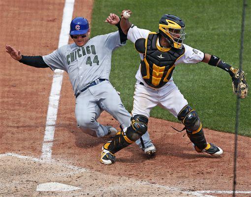 ▲芝加哥小熊Anthony Rizzo在本壘滑壘把海盜捕手Elias Diaz(右)撞歪了。(圖/美聯社/達志影像)