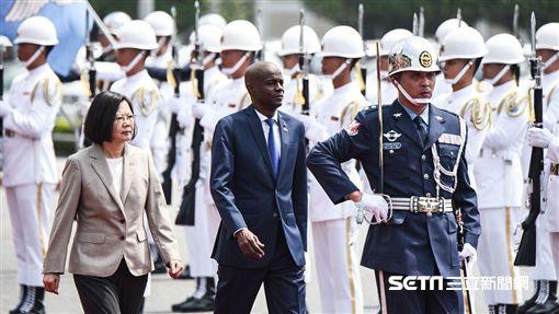 總統蔡英文於總統府前以軍禮接待海地總統摩伊士一行人。(圖/記者林敬旻攝)