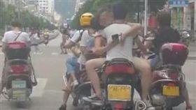 大陸河池市一對男女雙載騎車,但女方沒坐在後座,反倒開腿坐在男方大腿,姿勢呈現「觀音坐蓮」,讓不少目擊民眾看得臉紅心跳。最後警方依無照駕駛、未帶安全帽、坐姿違規、影響駕駛人安全等理由,處罰這對男女。(圖/翻攝自微博)