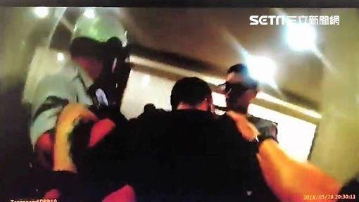 廖男殺害直播主邱喬琪後,遭到警方壓制在地,並帶回派出所偵辦(翻攝畫面)