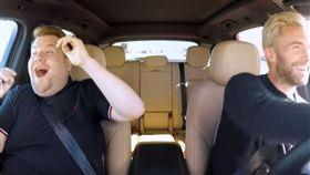 開車唱卡拉OK被警察攔檢 打開窗竟是魔力紅主唱!(圖/翻攝自YouTube)