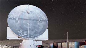 中研院攜手哈佛大學團隊 格陵蘭架設望遠鏡中央研究院與哈佛大學天文團隊合作,克服北極酷寒冰雪,在格陵蘭架設望遠鏡,現已加入國際觀測計畫。圖為格陵蘭望遠鏡在格陵蘭空軍基地現況。(陳明堂提供)中央社實習記者韋可琦傳真 107年5月29日