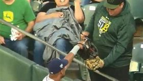 球迷出借墨鏡 光芒戈麥茲超暖心回報 MLB,坦帕灣光芒,Carlos Gomez,奧克蘭運動家,綠帽,太陽眼鏡,暖心 https://goo.gl/vvH76L