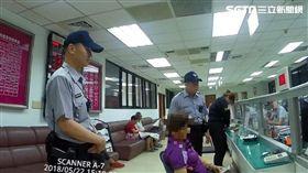 七旬黃婦持22張人民幣百元鈔到台灣銀行兌換,行員發現竟是同一序號,遂通報保七警員前來處理,訊後依偽造有價證券罪送辦(翻攝畫面)