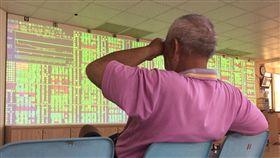 台股開低走低(1)台股30日受到國際股市普遍大跌影響,指數開低走低,盤中大跌超過150點。中央社記者董俊志攝 107年5月30日