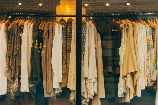 服飾店、衣服、逛街、試穿、買衣服/Pixabay