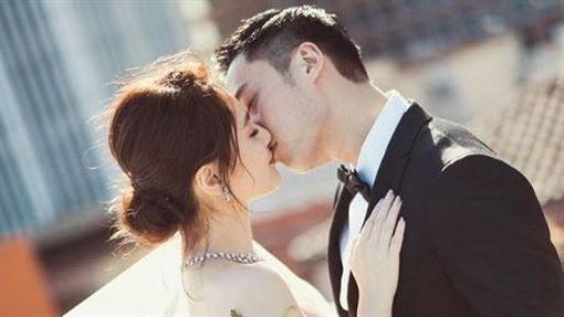 鍾欣潼(阿嬌)跟賴弘國婚紗照。(翻攝IG)