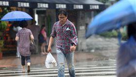 上午高溫下午驟雨(1)中央氣象局觀測,29日中午11時55分,台北一度出現攝氏37.1度高溫;午後雲層轉厚、對流旺盛,台北市區降下間歇陣雨,有民眾不及躲雨淋成落湯雞。中央社記者吳家昇攝 107年5月29日