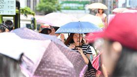 氣溫飆高 民眾撐傘遮陽中央氣象局觀測,27日上午西半部高溫都超過33度,台北市氣溫飆到攝氏38.2度,是今年全台新高溫,氣象局提醒民眾外出注意防曬。圖為台北市街頭民眾撐傘遮陽。中央社記者王飛華攝 107年5月27日