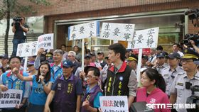 行政院促進轉型委員會31日掛牌,附近里民在國民黨議員帶領下抗議。(圖/記者盧素梅攝)