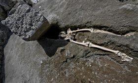 義大利維蘇威火山爆發,居民逃難不及遭巨石砸死(圖/翻攝自推特)