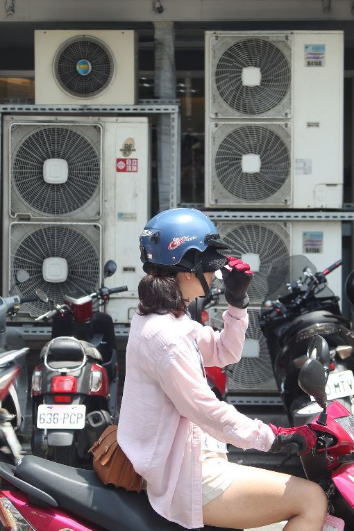 天氣熱  用電量增(2)受極端氣候影響,氣溫頻頻飆高,加上經濟復甦,帶動用電量成長,才5月用電量已罕見地創歷史新高。正午時間不少民眾打開冷氣,壓縮機排出熱氣,高溫讓騎士難耐。中央社記者吳家昇攝 107年5月31日