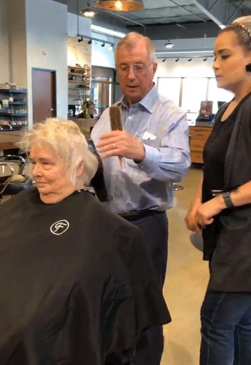 「讓妳每天都美!」老翁為中風妻學吹髮 她見新髮型笑了圖/翻攝自臉書