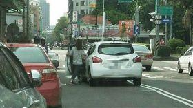 綠燈都擋不住她臨停!大媽懶得找車位 停路中央下車血拼 圖/翻攝自爆料公社臉書