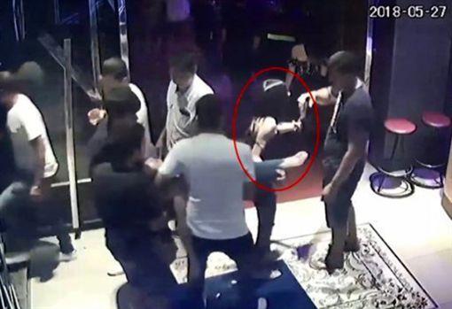 夜店門口撿屍醉女 4男將她輪流性侵到斃命(圖/翻攝自微博)