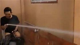 ▲馬桶右側的噴射式水管(圖/翻攝自Ham NiTi Jamwijitwech臉書影片)