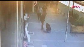 土耳其一名男子當街暴打妻子,正義路人飛撲救援(圖/翻攝自每日星報影片)
