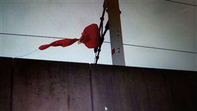 高鐵電車線遭氣球纏繞。圖/高鐵提供