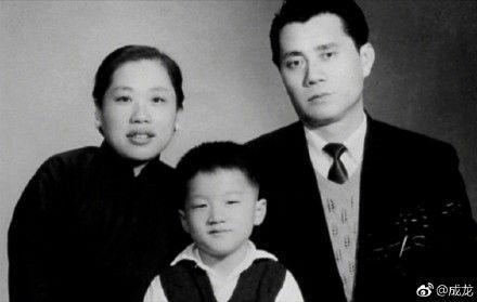 ▲成龍與爸媽的合照。(圖/翻攝自微博)
