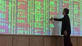 台股開高走低 跌52.55點(2)台北股市23日終場跌52.55點,收10886.18點,跌幅0.48%,成交金額新台幣1375.69億元。中央社記者董俊志攝 107年5月23日