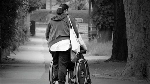 外傭、看護、推輪椅示意圖/pixabay