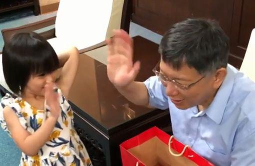柯文哲遇5歲鐵粉,女童害羞獻上飛吻。(圖/翻攝柯文哲IG)
