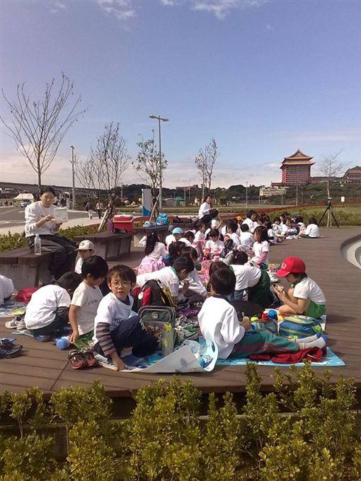 日本,幼兒園,小朋友,野餐(圖/翻攝自《爆料公社》)