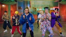 SJ特別與美洲當紅的拉丁語系漂亮寶貝Leslie Grace和知名音樂人Play N Skillz共同詮釋歌曲。(圖/翻攝自Youtube)