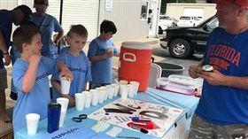 暖男哥哥幫弟弟籌醫藥費,路邊擺攤賣檸檬水。(圖/翻攝臉書)
