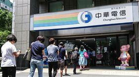 中華電信推出母親節499吃到飽方案,民眾排隊申辦。 (圖/記者林敬旻攝)