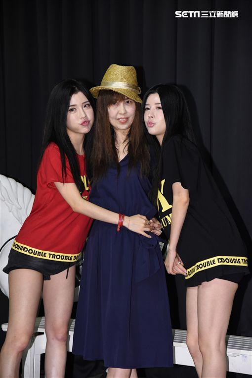 雙胞胎女團BY2自創品牌舉辦快閃店活動,BY2媽媽站台造勢
